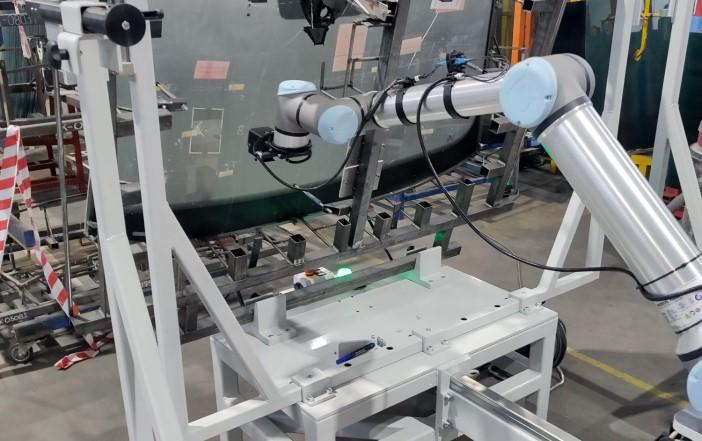 Stanowisko do pomiarów kształtu szyby samochodowej, Universal Robots