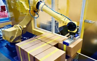Paletyzacja robotem Fanuc 20kg kartonów z metalowymi elementami